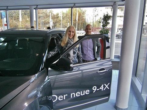 Piloto da SAAB, Carola Six, com o gerente de marca da SAAB, Tobias Loos