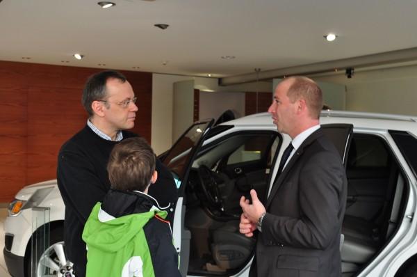 Saab-fansen Holger, Markus och Saab Country Manager Jan-Philipp Schuhmacher på Etehad