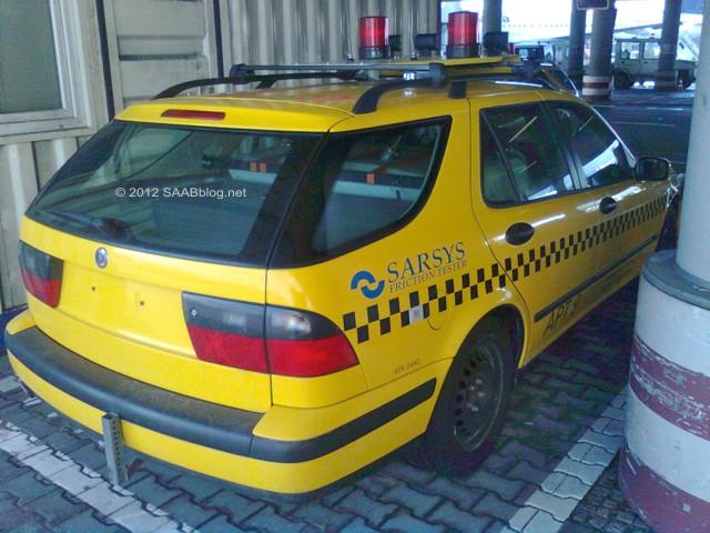 Saab 9-5 frictietester, achtersteven en zijkant, luchthaven van Frankfurt