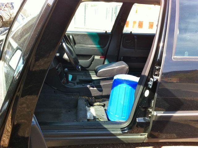 Saab 9000 dirigindo com balde azul ....