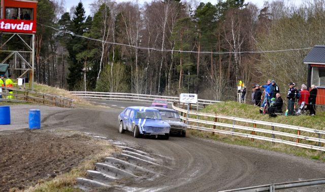 Saab Duell beim Folk Race, ganz hinten ein rosa Volvo
