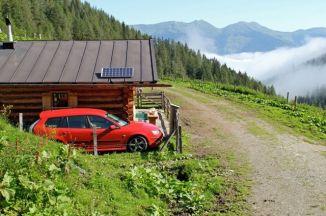 Saab 9-3 sportwagen voor een droomachtig panorama. Foto van Martin