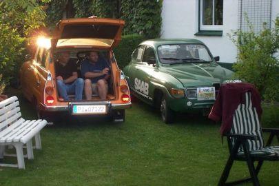 Saab 95 und 96 im Garten. Foto von Thorsten