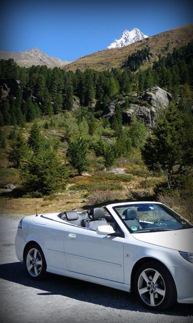 Saab in den Bergen. Foto von Udo