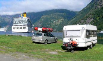 Saab 9-3 II y caravana en Geirangerfjord. Foto de Manfred.