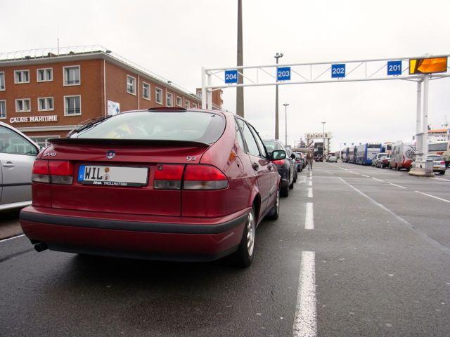 Der SAAB 9-3 steht im Hafen von Calais zum Boarding bereit
