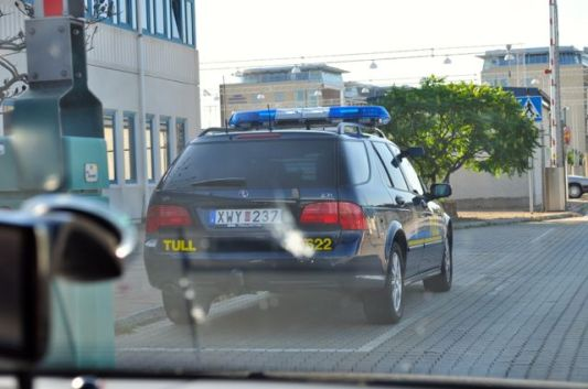 Benvenuti in Svezia, dogana Saab 9-5