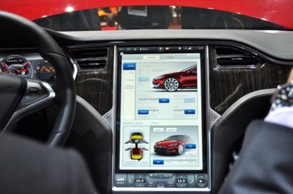 17 Zoll Monitor im Tesla S