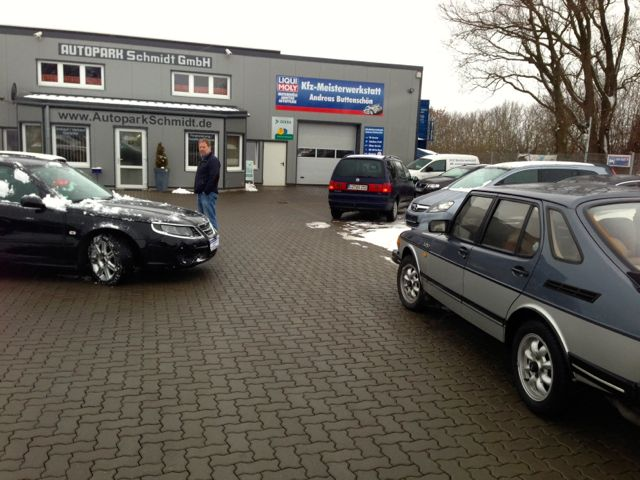 Aan de rechterkant een zeldzame Saab 900 Turbo DeLuxe en aan de linkerkant de nieuwe Saab 9-5 van Dietrich.