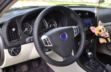 Painel Hirsch com couro carbono e volante sport grip do Saab Turbo X.