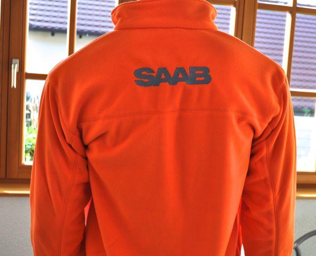 Broderad Saab bokstäver på baksidan