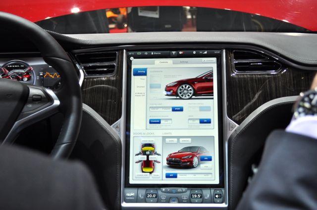 """Tesla S com tela de 17 """""""
