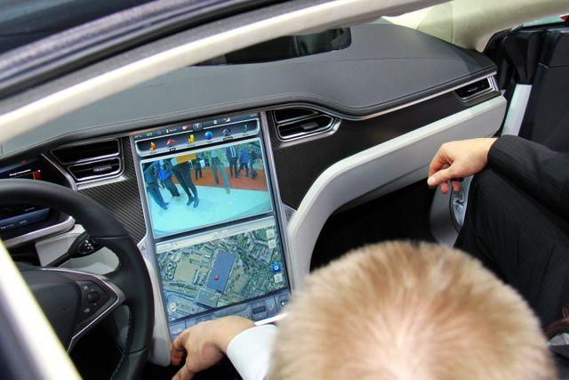 Tesla S con monitor 17 en pulgadas @ 2014 saabblog.net