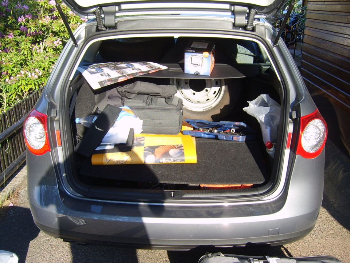 The accompanying Passat packed with many spare parts © 2014 Uli Beitel