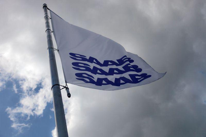 Флаг Saab на ветру, мы отпускаем его © 2014 UKB