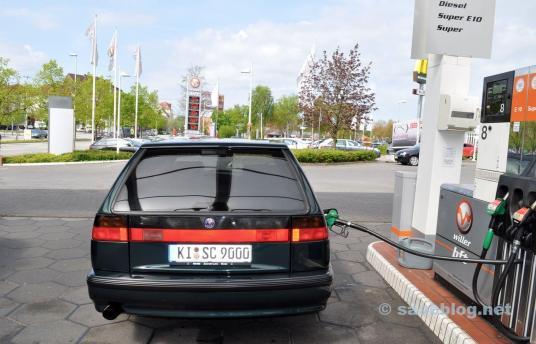 Saab 9000 SC bij het benzinestation