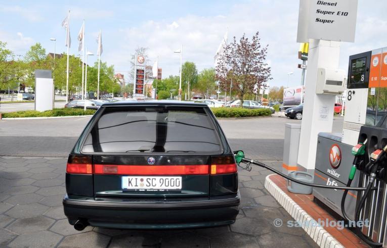 Saab 9000 SC an der Tankstelle