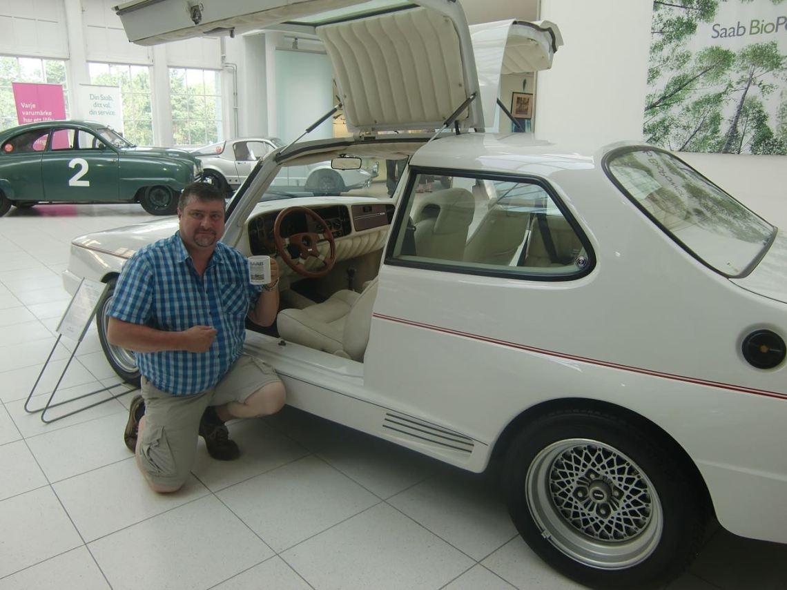 Peter und Saab Lesertasse 2015. Aufgenommen im Saab Bil Museum.