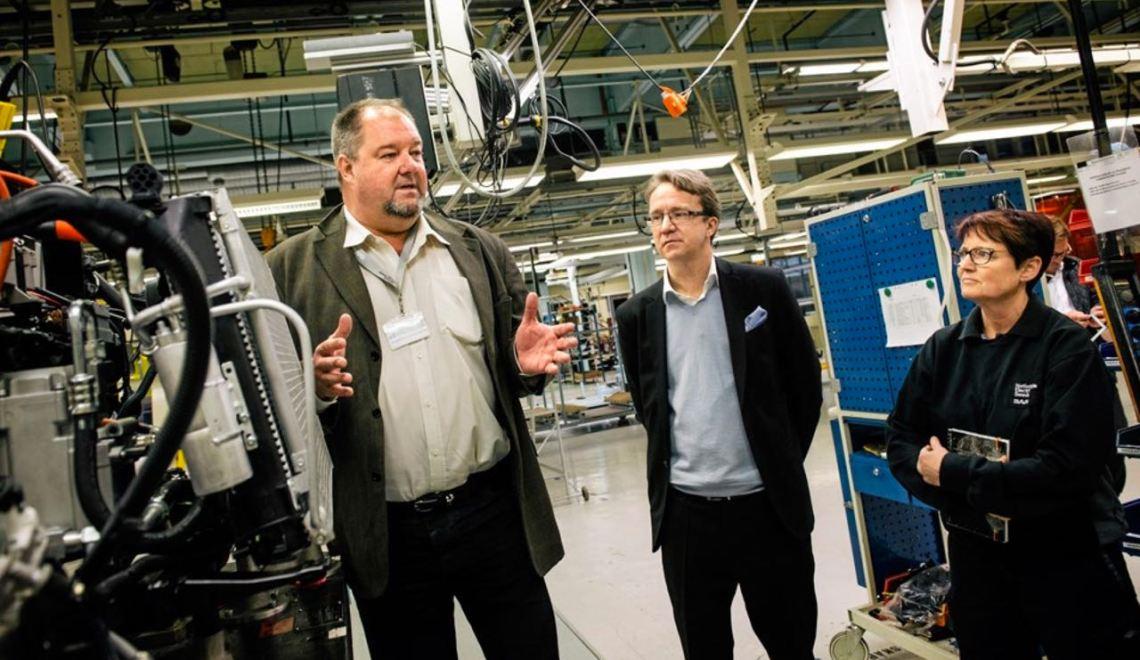 DN à l'usine de Saab à Trollhattan avec le PDG de NEVS Bergman. Crédit photo: Dagens Nyheter