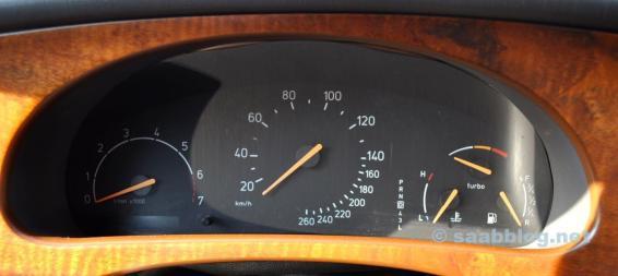 Instrumentos Saab típicos com agulha turbo. Simplesmente lindo.