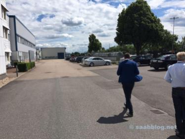 An der Hauptverwaltung. NEVS Mitarbeiter fahren Saab. Was sonst.