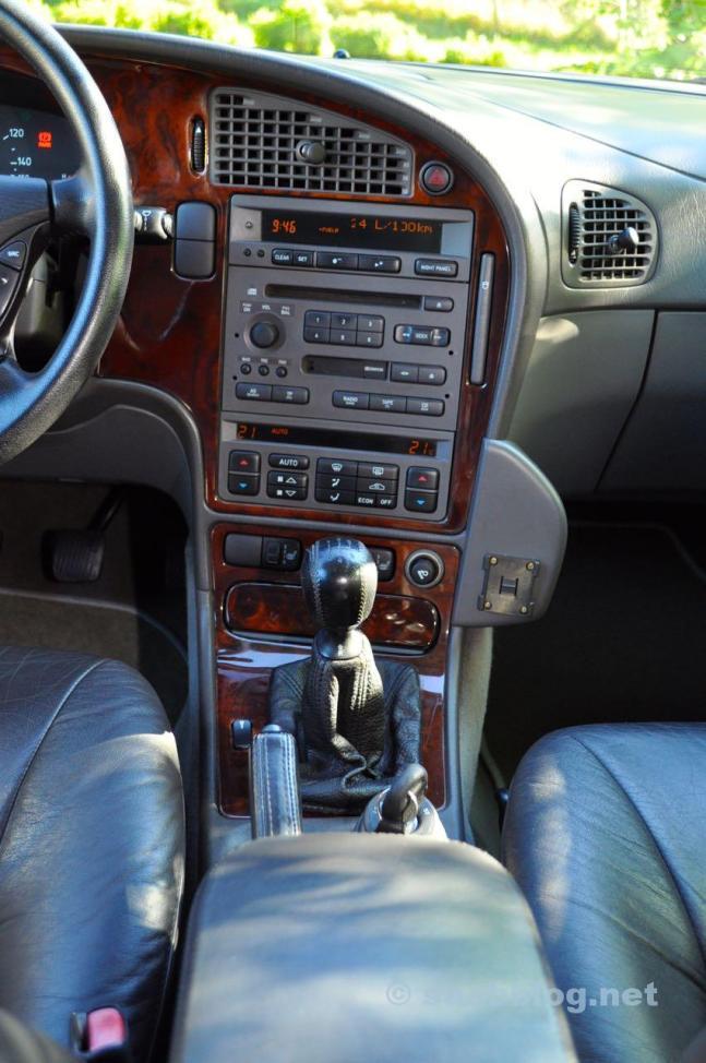 O console central no estilo dos anos 90er