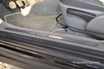 Saab Schriftzug in den Einstiegsleisten. Später durch Ausstattungsvarianten ersetzt.