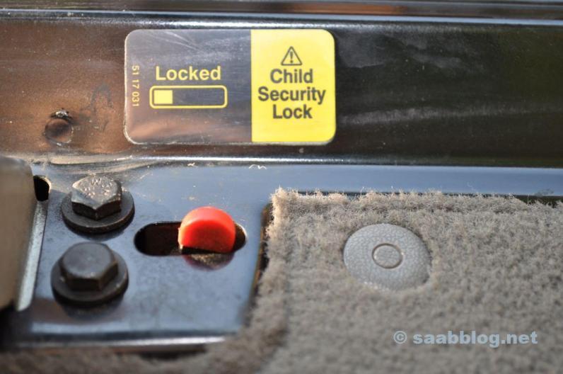 Portão traseiro da segurança infantil.