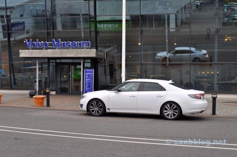 Hisingen vor dem Volvo Museum. Ein Saab in Volvo Land.