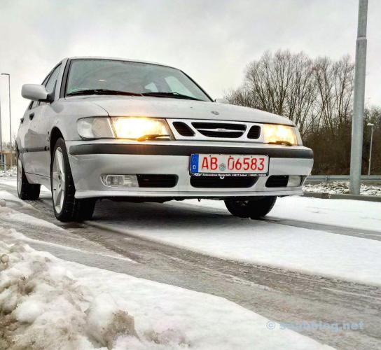 Um teste de teste Saab sobre neve e gelo.