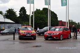 Saab 9-3 Hirsch und Ana 9-3 in Feuerwehrversion vor dem Museum.