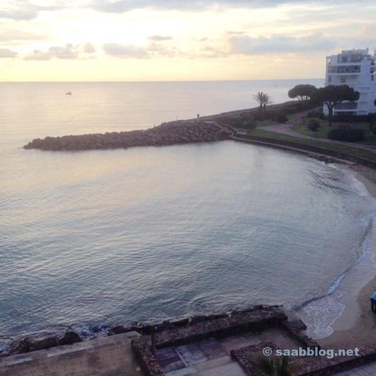 Von den Bergen an das Meer. Mittelmeer bei Cannes.
