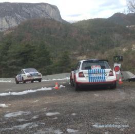 Auf zum Col de Turini. Servicefahrzeug von Hauptsonsor Skoda.