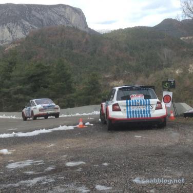 Em frente ao Col de Turini. Veículo de serviço do patrocinador principal Skoda.