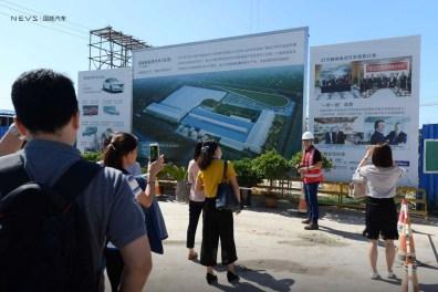 Grupo de visitantes en frente de la fábrica. Crédito de la foto: NEVS