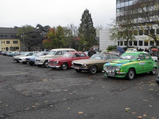 Alles Volvo, oder was? Nicht ganz... ein SAAB ist schon da, ein 96, lackiert in den Farben, in denen er 1976 die Schwedenrallye gewann. Der kleine, aber exklusive Club der Schweden beim diesjährigen Oldtimerkorso. Fahrerlagerimpressionen.