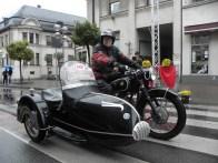 Framsidan: Vinnaren i motorcykelkategorin Gerhard Schneider på en sidvagn BMW R51 / 3 från 1951.