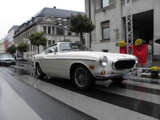 """Gli svedesi stanno arrivando! Robert Pallien nella 1970er Volvo P1800E - meritatissimo vincitore nella speciale categoria """"Old Swede"""". Elegante, continua con una Jaguar XJ."""
