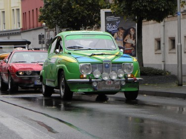 SAAB först: Peter Diller i SAAB 96, i färgerna av svensk rallyvinnare 1976. Bakom författarens favorit: En Alfa Romeo Montreal.