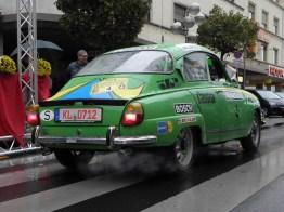 Kavaliersstart: Der SAAB macht seinem Auftritt als Rallyefahrzeug alle Ehre.