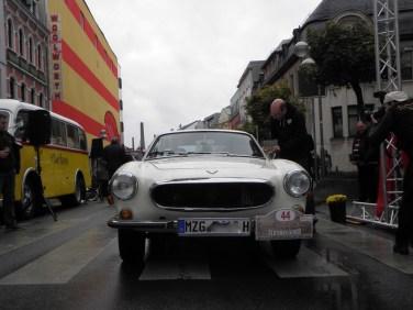 Честь, которой причитается кредит (даже если это не стало SAAB): Роберт Паллиен в Volvo получает награду за победителя в специальной категории Old Swede от рук Ахима Шмитта.