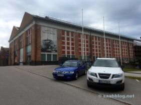 Saab 9-3 Viggen und 9-4x vor dem Museum