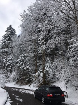 Saab sulla strada in inverno. Immagine di Martin