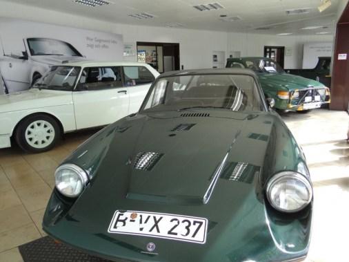 Saab Sonett und Saab 99 Turbo im Ausstellungsraum