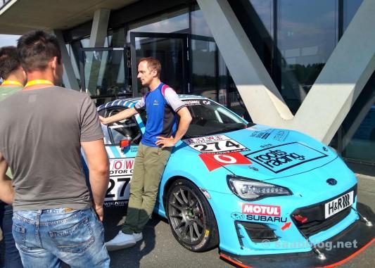 Race praten met Tim Schrick. Op de achtergrond de Nürburgring BRZ.