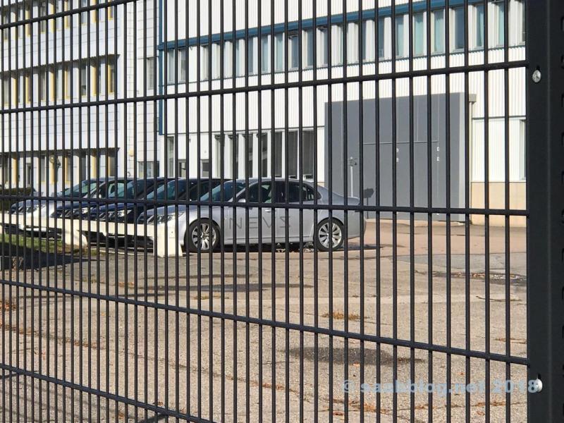 NEVS Fahrzeuge vor der früheren Hauptverwaltung