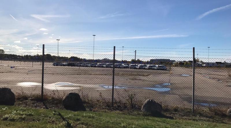 Días de otoño en Trollhättan. Volvo V60 frente a la antigua fábrica de Saab.