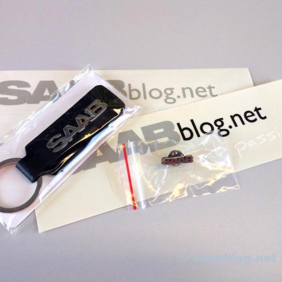 Een sleutelhanger, pin en stickers van Saab zijn ook inbegrepen