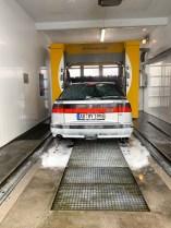 Il fait froid, humide, mais la Saab est sale. En route pour le lavage de voiture.