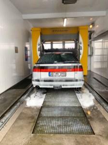 Está frio, molhado, mas o Saab está sujo. Para a lavagem do carro.